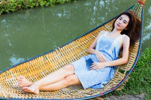 Jonge mooie vrouw slaperig in hangmat
