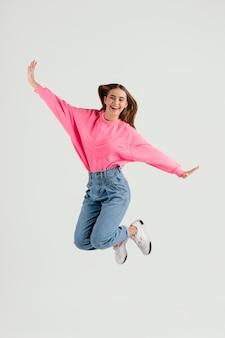 Jonge mooie vrouw springen