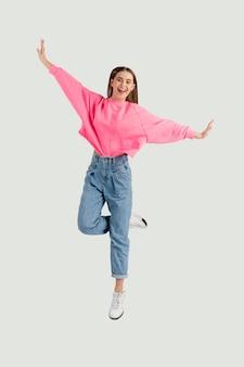 Jonge mooie vrouw springen Premium Foto