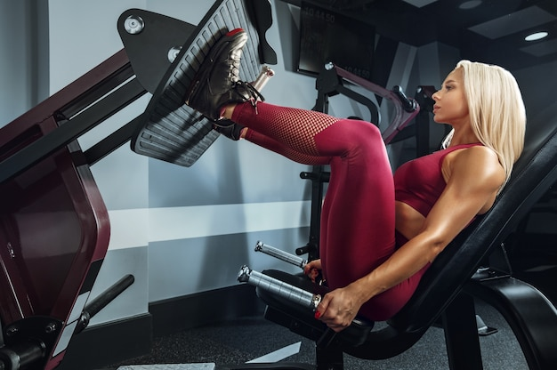 Jonge mooie vrouw training in de sportschool. concept van fitness, training, sport, gezondheid