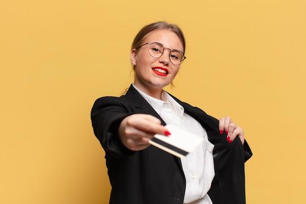 Jonge mooie vrouw trotse uitdrukking creditcard concept