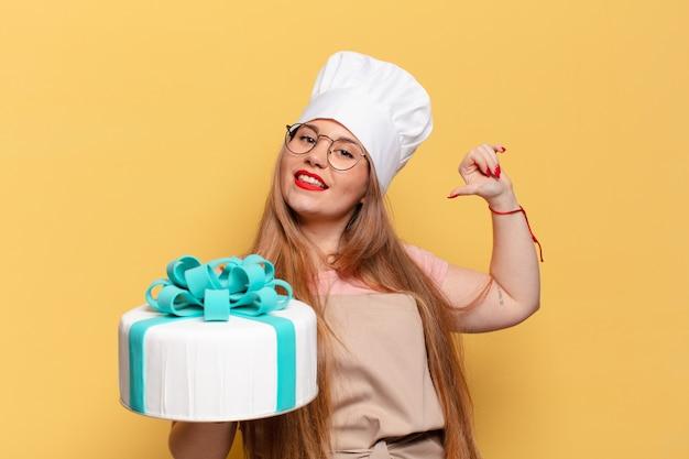 Jonge mooie vrouw trotse uitdrukking verjaardagstaart concept
