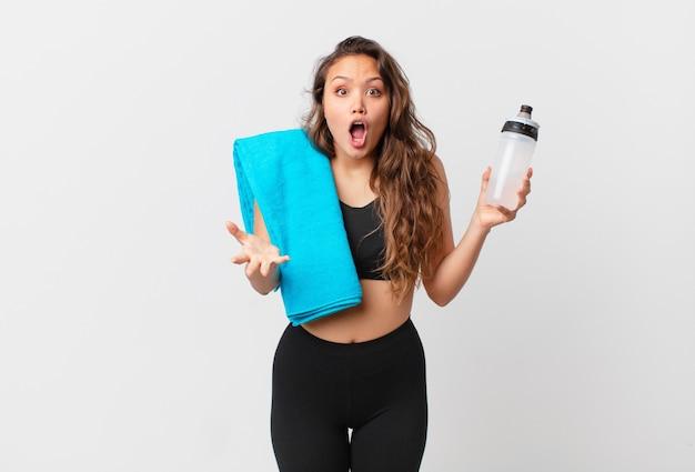 Jonge mooie vrouw voelt zich extreem geschokt en verrast. fitnessconcept