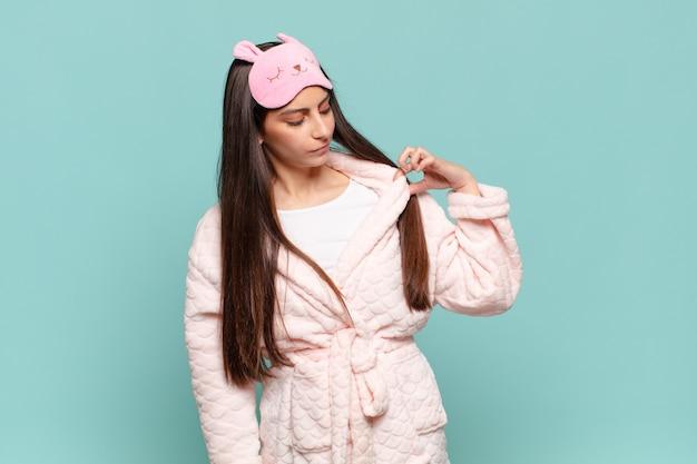 Jonge mooie vrouw voelt zich gestrest, angstig, moe en gefrustreerd, trekt aan de nek van het shirt, ziet er gefrustreerd uit met een probleem. wakker worden met pyjama's concept