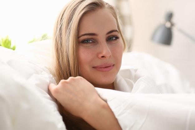 Jonge mooie vrouw wakker concept