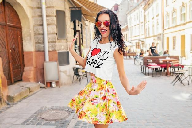 Jonge mooie vrouw wandelen in de oude stad straat