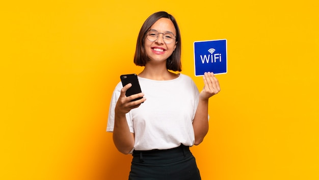 Jonge mooie vrouw. wifi-concept