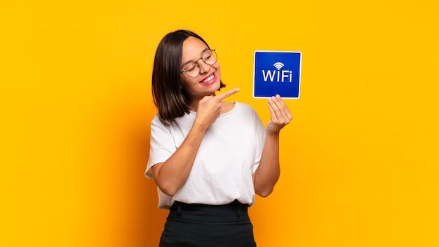 Jonge mooie vrouw. wifi concept