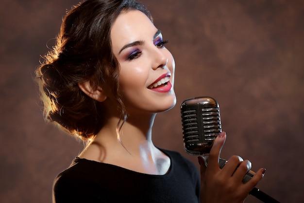 Jonge mooie vrouw zingen, close-up