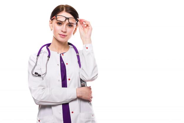 Jonge mooie vrouwelijke arts met opgeheven glazen op wit
