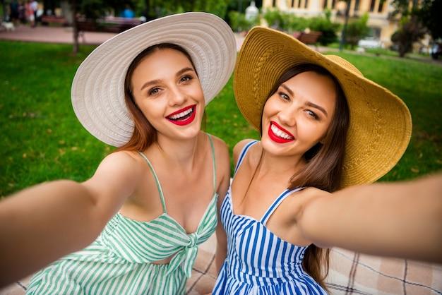 Jonge mooie vrouwen op een picknick