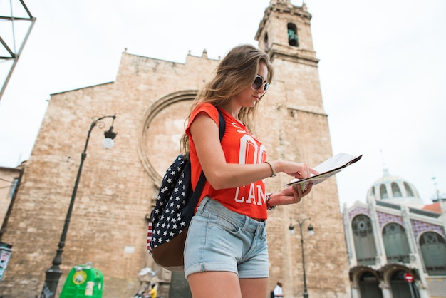 Jonge mooie vrouwenreiziger met kaart