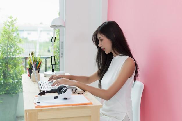 Jonge mooie werken op computer bureau