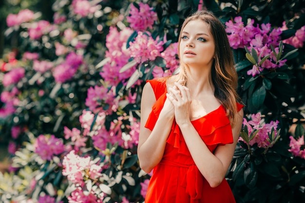 Jonge mooie womanposing onder de bloeiende boom