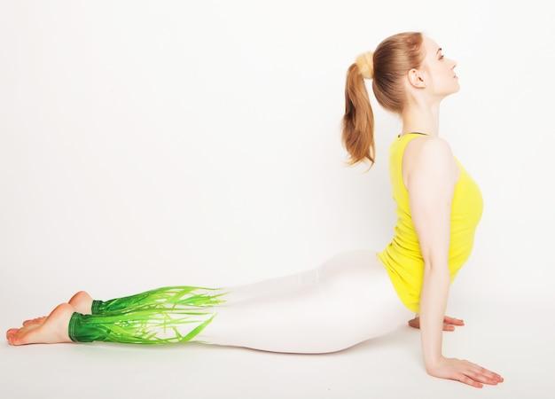 Jonge mooie yoga poseren