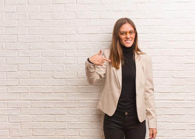 Jonge mooie zakelijke ondernemer vrouw persoon wijst zichzelf