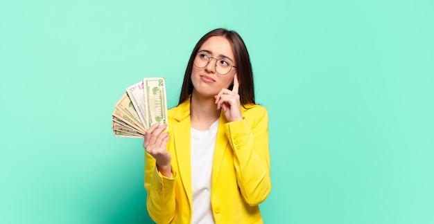 Jonge mooie zakenvrouw met dollar biljetten