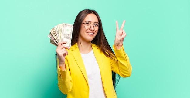 Jonge mooie zakenvrouw met dollarbankbiljetten