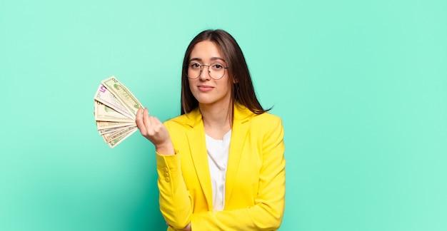 Jonge mooie zakenvrouw met dollarbankbiljetten Premium Foto