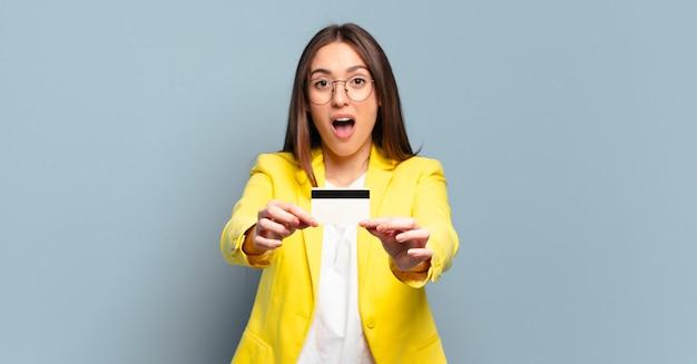Jonge mooie zakenvrouw met een creditcard