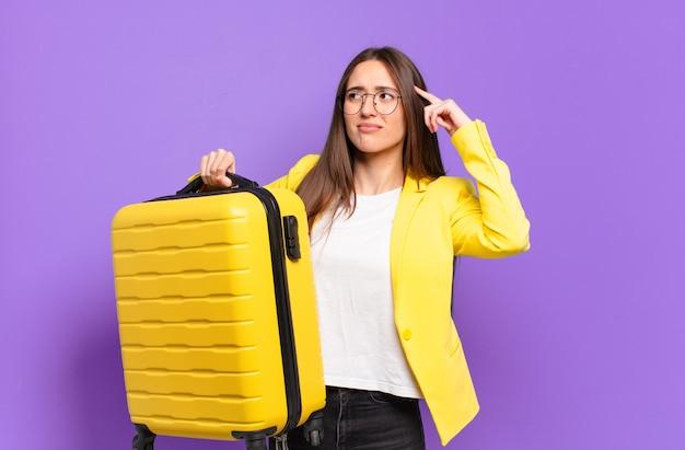 Jonge mooie zakenvrouw met een koffer