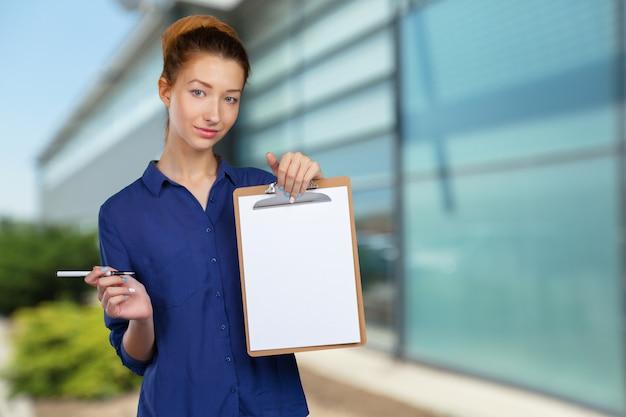 Jonge mooie zakenvrouw met klembord