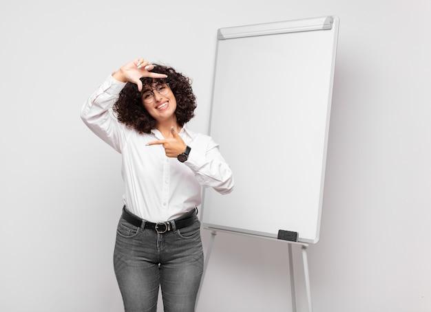 Jonge mooie zakenvrouw met wit bord