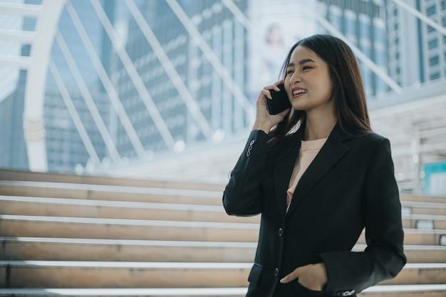 Jonge mooie zakenvrouw praten aan de telefoon.