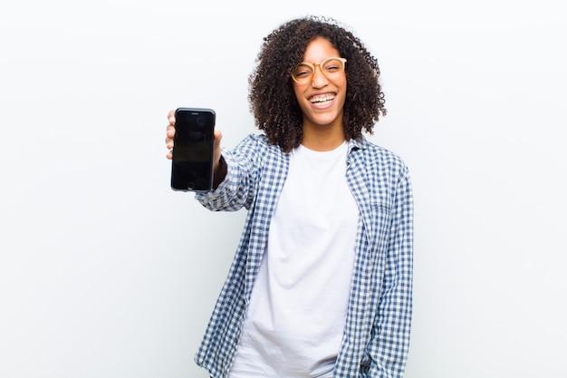 Jonge mooie zwarte met een slimme telefoon tegen wit