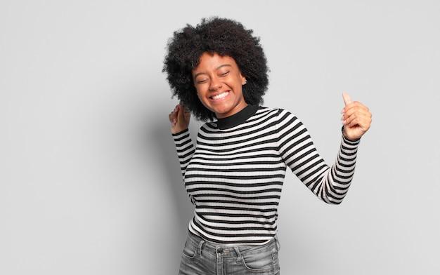 Jonge mooie zwarte vrouw dansen