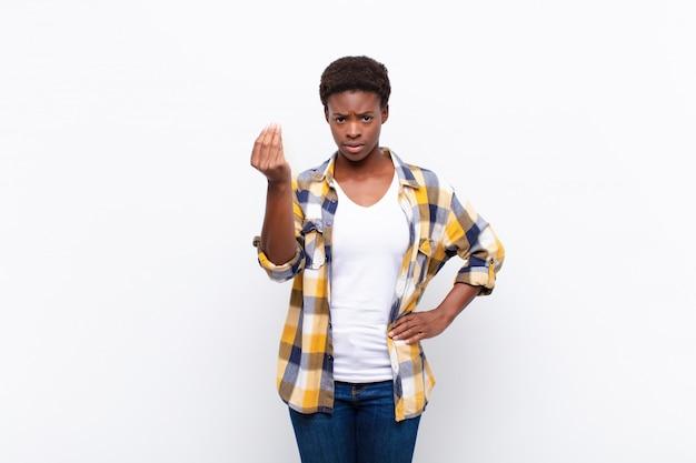 Jonge mooie zwarte vrouw die capice of geldgebaar maakt en je vertelt om je schulden te betalen!