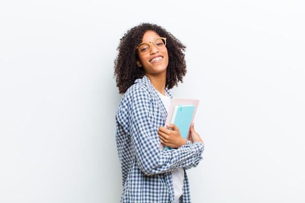 Jonge mooie zwarte vrouw met boeken