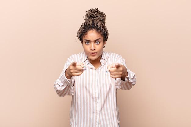 Jonge mooie zwarte vrouw