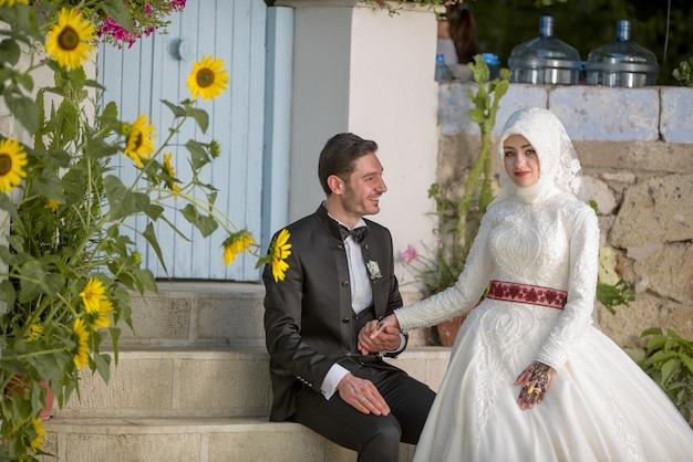 Jonge moslim bruid en bruidegom trouwfoto's