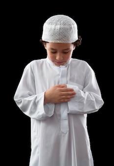 Jonge moslimjongen tijdens gebed