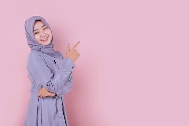 Jonge moslimvrouw die een blauwe hijab draagt