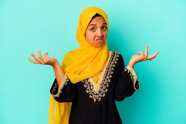 Jonge moslimvrouw geïsoleerd