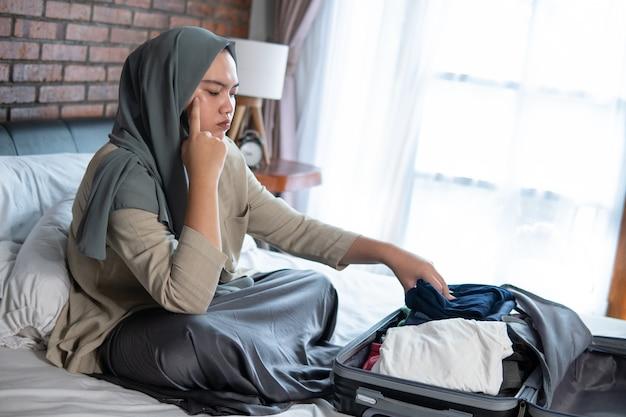 Jonge moslimvrouw is verdrietig