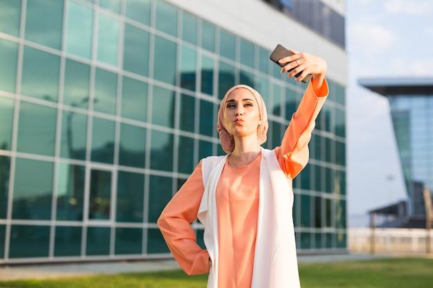 Jonge moslimvrouw maakt zelfportret