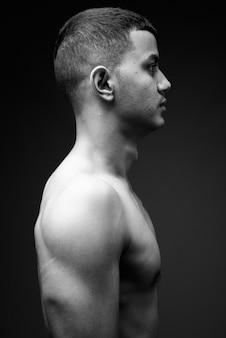 Jonge multi-etnische aziatische man shirtless in zwart-wit