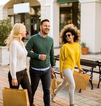 Jonge multiraciale mensen in winkelen