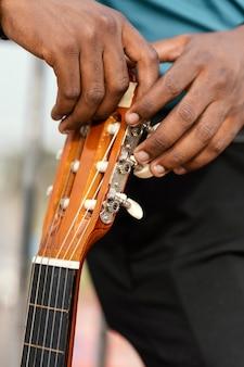 Jonge muzikant die internationale jazzdag viert