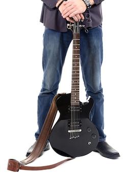 Jonge muzikant met gitaar op wit