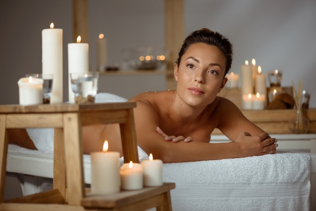 Jonge naakte vrouw ontspannen in de spa salon.