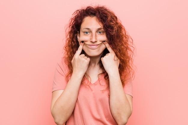 Jonge natuurlijke en authentieke roodharige vrouw twijfelen tussen twee opties