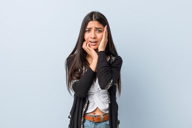 Jonge natuurlijke en mooie arabische vrouw die troosteloos jammeren en huilen