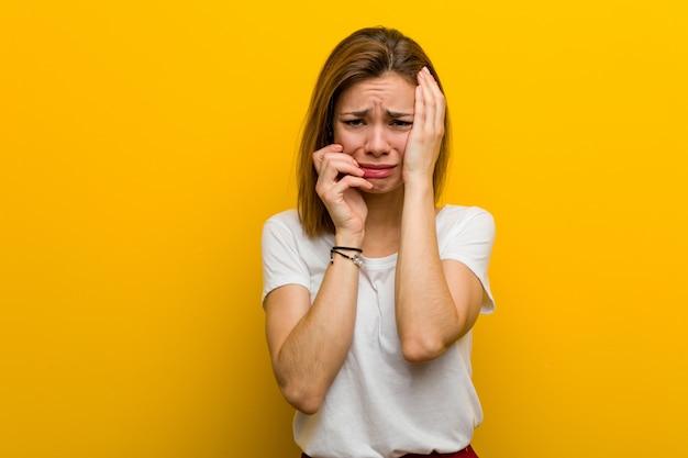 Jonge natuurlijke kaukasische vrouw jankend en disconsolately schreeuwend.