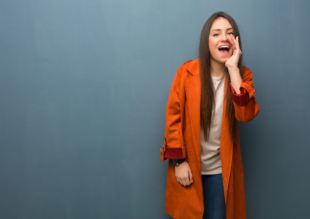 Jonge natuurlijke vrouw die iets gelukkig aan de voorzijde schreeuwt