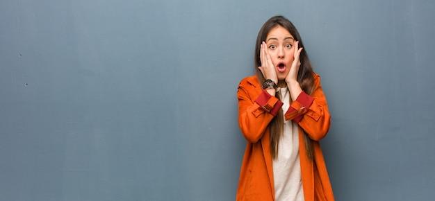 Jonge natuurlijke vrouw verrast en geschokt