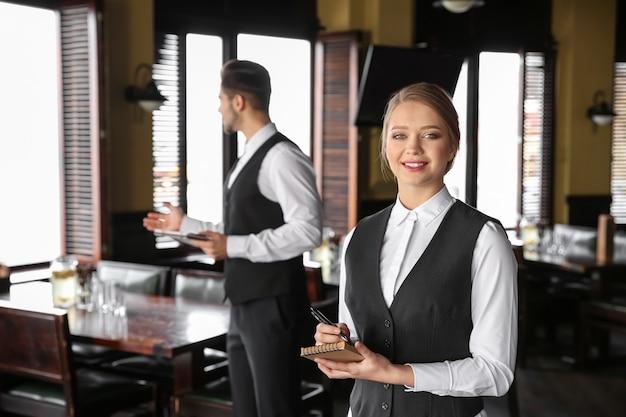 Jonge obers in restaurant